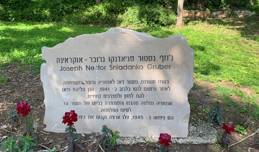האבן לזכרו של ג'וזף נסטור סניאדנקו גרובר. מסתור מאחורי מזנון גדול (צילום: חגית הורנשטיין)