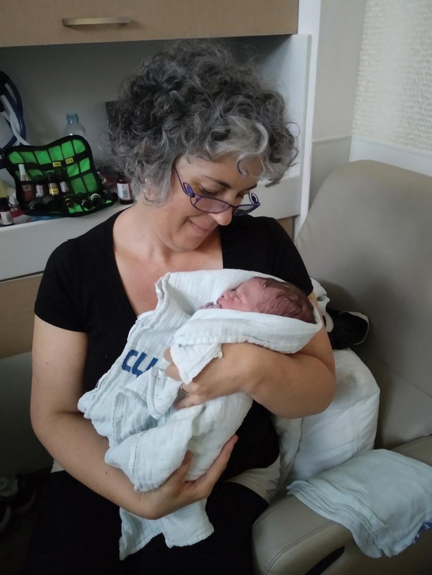 """""""אני ממליצה לא לוותר על הכנה טובה ללידה"""". דינה רבינוביץ' עם תינוק שאותו היא סייעה ללדת"""