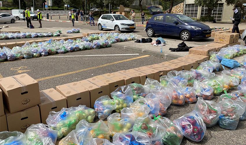 מרכז איסוף המזון ברחבת היכל הספורט ברוממה (צילום: ראובן כהן, דוברות עיריית חיפה)