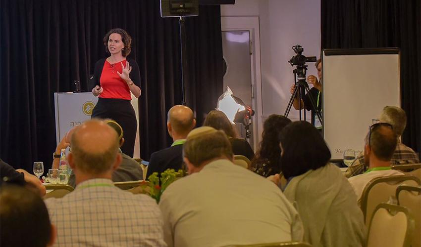 שירה שינמן בהרצאה (צילום מתוך דף הפייסבוק של שירה שינמן)
