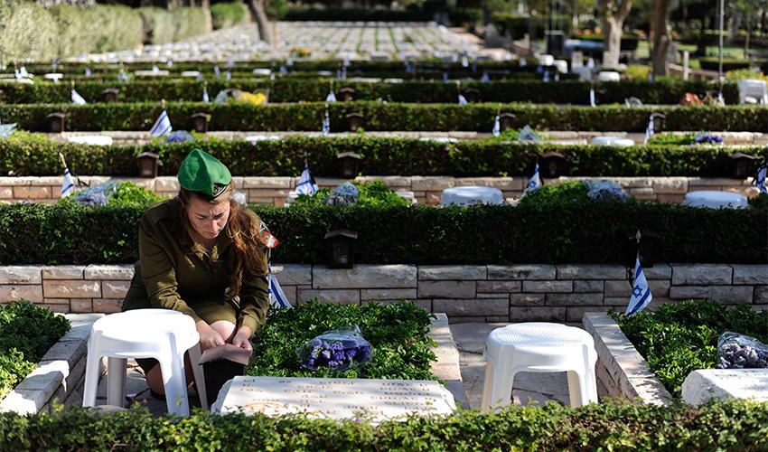 יום הזיכרון בבית העלמין הצבאי בחיפה (צילום: רמי שלוש)
