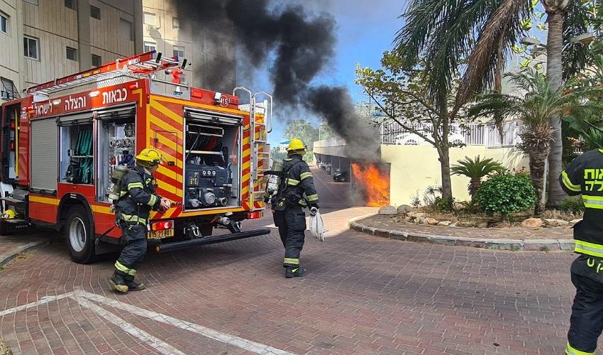 השריפה בחניון ברחוב גוט לוין (צילום: דוברות שירותי הכבאות וההצלה)
