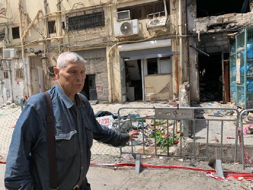 גבריאל גרינצייג בפתח חנותו לאחר השריפה (צילום: חגית הורנשטיין)
