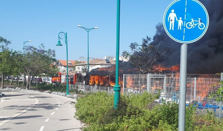 האש משתוללת במטרונית (צילום: דוברות איחוד הצלה)
