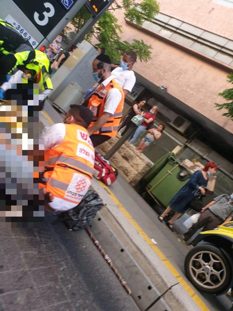 חובשי איחוד הצלה מטפלים בפצוע (צילום: נפתלי רוטנברג)
