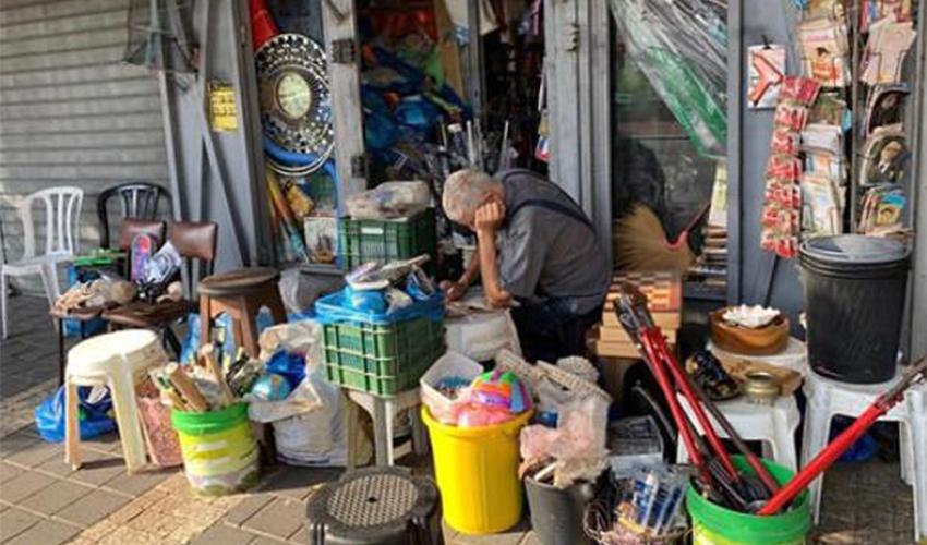 גבריאל גרינצייג בפתח חנותו לפני השריפה (צילום: חגית הורנשטיין)