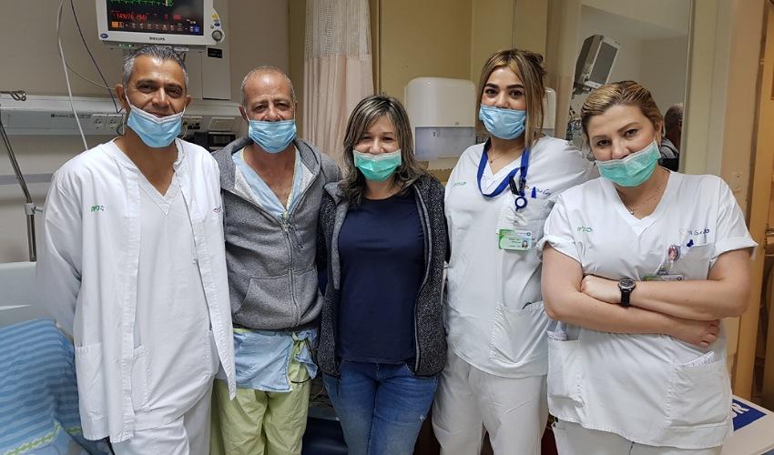 משה ויפעת בן ברוך עם הצוות במחלקה הקרדיולוגית במרכז הרפואי כרמל (צילום: אלי דדון)