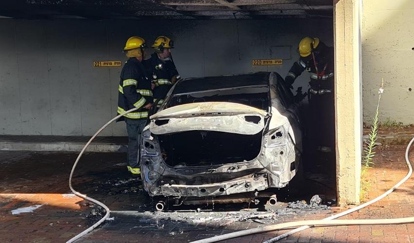 הרכב שנשרף כליל (צילום: דוברות שירותי הכבאות וההצלה)