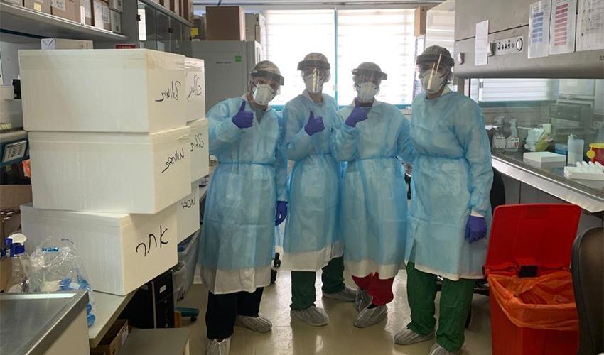 צוות מעבדת הקורונה במעבדה המחוזית בנשר (צילום: דוברות שירותי בריאות כללית)