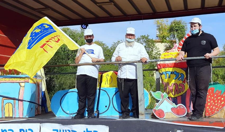 הרב יוסי ליפש (במרכז) מתכונן לתהלוכה