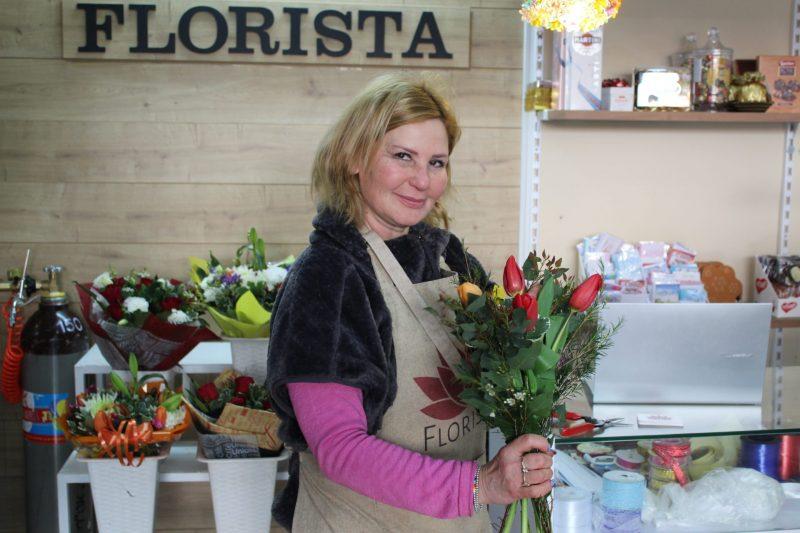 פלוריסטה מציגה את חג השבועות בפריחה והתחדשות. צילום: מייק כהן
