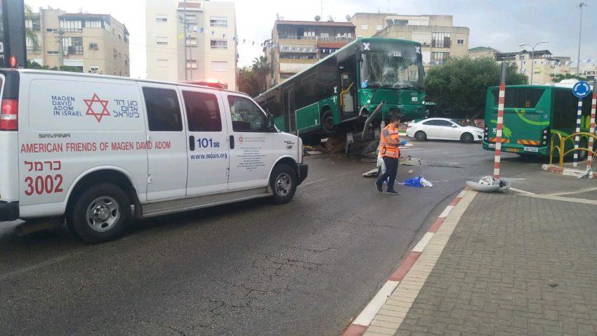 """האוטובוס שהתנגש בשלט חוצות בקרית מוצקין (צילום: דוברות מד""""א)"""