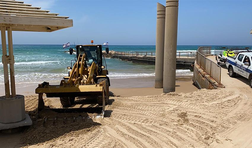 ההכנות לקראת פתיחת עונת הרחצה (צילום: ראובן כהן, דוברות עיריית חיפה)