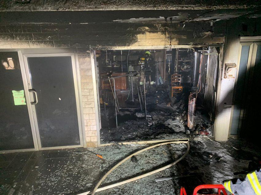 השריפה בחנות הבגדים בקרית אתא (צילום: דוברות שירותי כבאות והצלה)