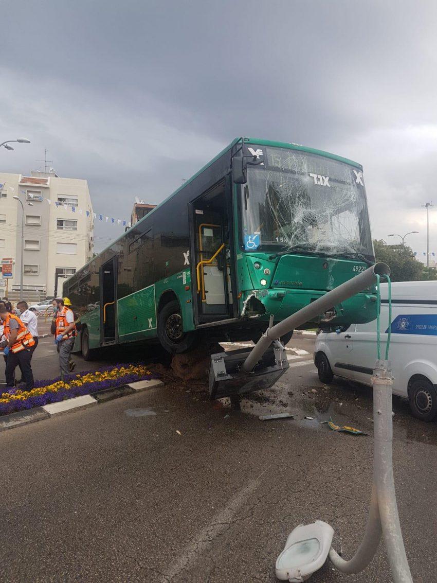 האוטובוס אחרי התאונה (צילום: דוברות שירותי כבאות והצלה)
