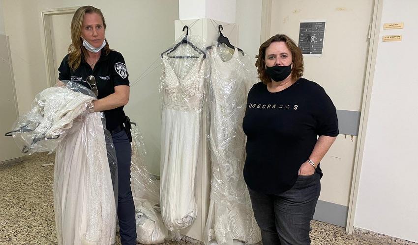 מנהלת אגף הרווחה מאירה קיפרמן וריטה ססי מאגף הפיקוח עם השמלות שנתרמו (צילום: ראובן כהן, דוברות עיריית חיפה)