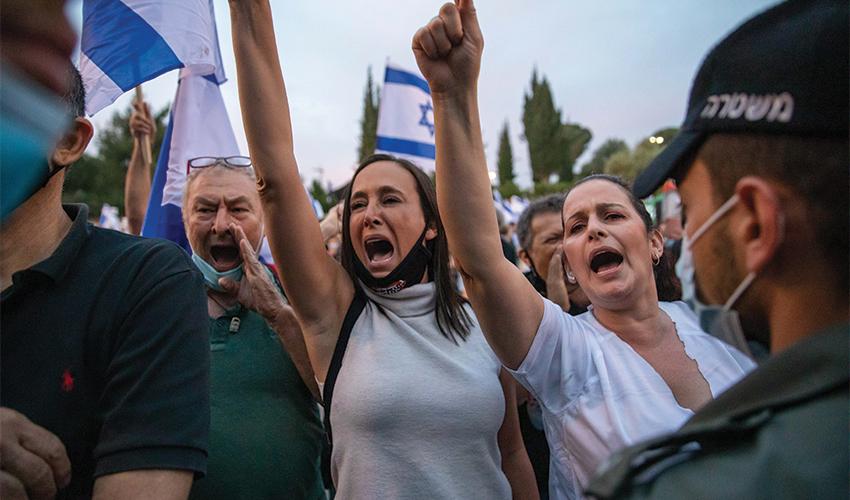 """סיגל שטרנברג בהפגנה בירושלים. """"בכל פעם גוזרים עלינו גזרה, ואנחנו יושבים בבית בשקט"""" (צילום: אמיל סלמן)"""