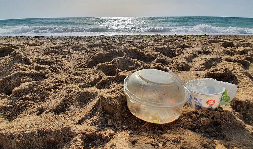 זבל בחוף (צילום: פרד ארזואן, המשרד להגנת הסביבה)