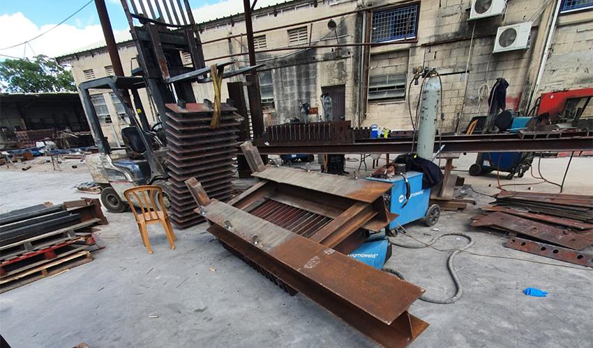 מתקן הברזל שנפל על הפועל (צילום: דוברות איחוד הצלה)