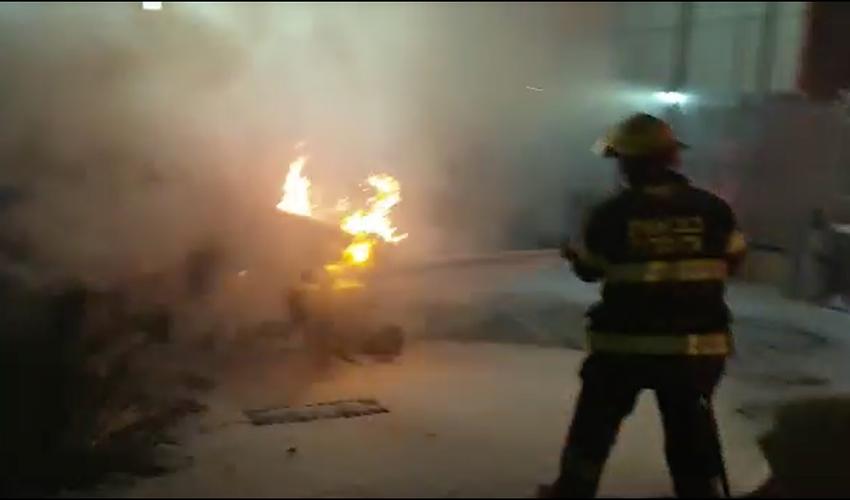 השריפה במגרש המכוניות בצ'ק פוסט (צילום: דוברות שירותי הכבאות וההצלה)
