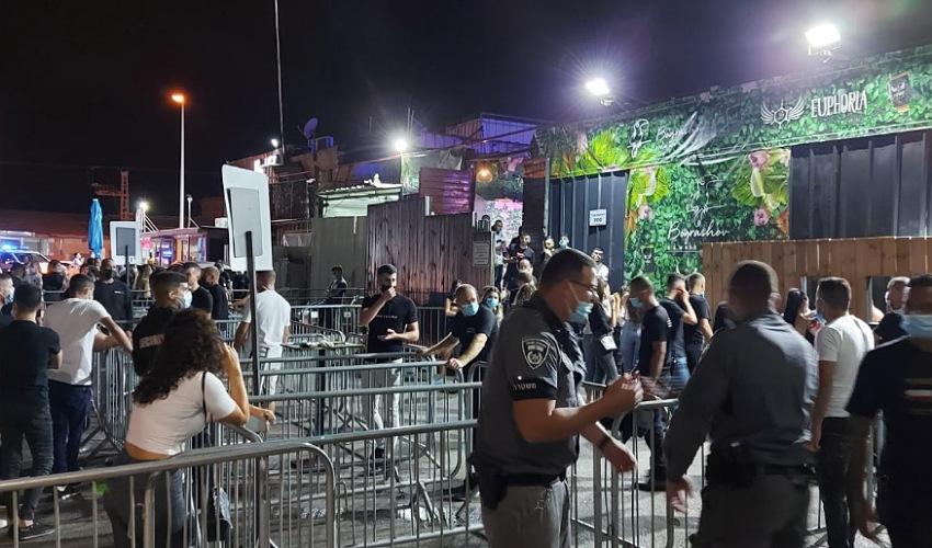 שוטרים במקומות בילוי (צילום: דוברות משטרת ישראל)