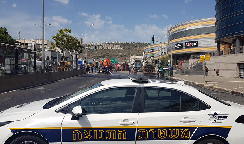 ניידת משטרה חוסמת את הכביש בצומת לב המפרץ (צילום: דוברות שירותי הכבאות וההצלה)