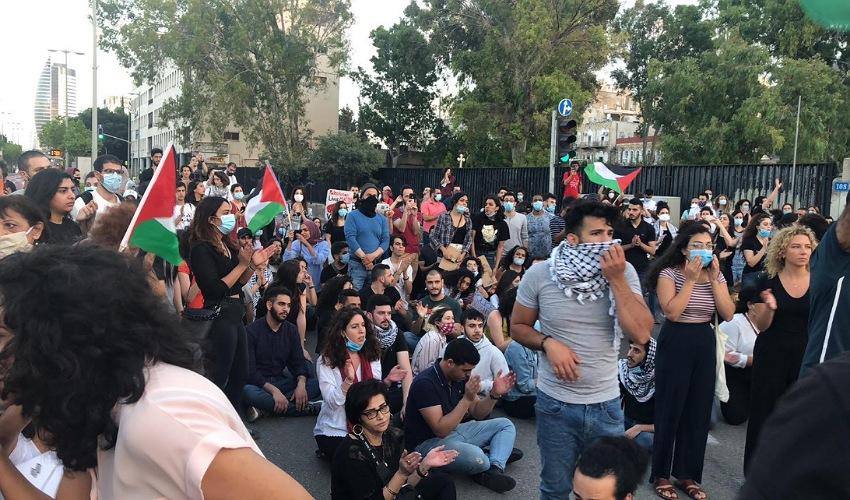 המפגינים חוסמים את שדרות בן גוריון (צילום: ארי רמז)