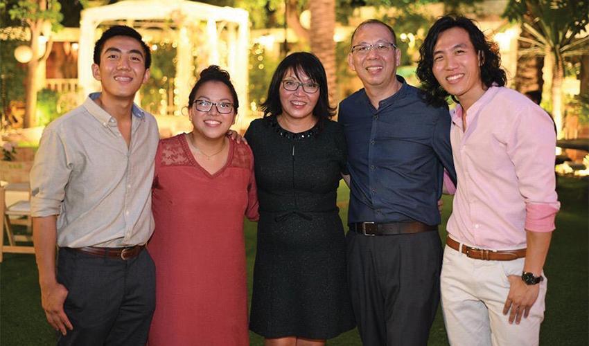 """וין וסי פונג עם ילדיהם יותם, נועה ומתן. """"אין לי ספק שבני הזוג שלהם לא יהיו סינים"""""""