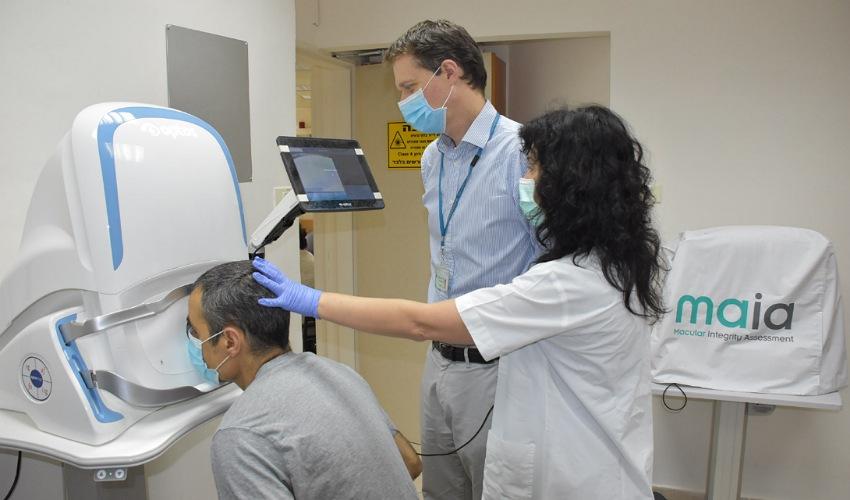 """ד""""ר אורן טומקינס נצר ליד מכשיר האופטוס (צילום: אלי דדון)"""