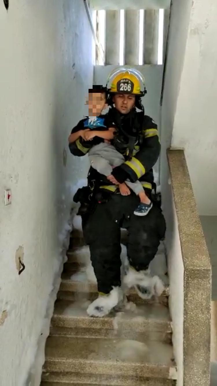 ילד שחולץ מהבניין (צילום: דוברות שירותי הכבאות וההצלה)