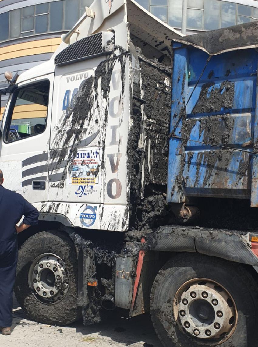 """המשאית שממנה נשפכה הבוצה (צילום: דוברות בז""""ן)"""