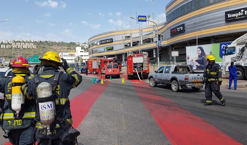 חסימת הכביש באזור לב המפרץ בעקבות אירוע החומרים המסוכנים (צילום: דוברות שירותי הכבאות וההצלה)