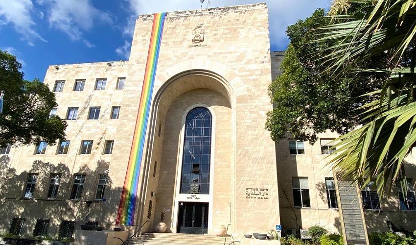 בניין עיריית חיפה מקושט בדגל הגאווה (צילום: ראובן כהן, דוברות עיריית חיפה)