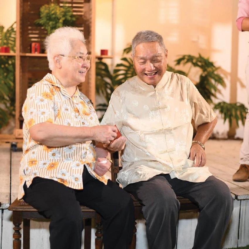 """קין ופונג וונג, הוריה של סי פונג. """"הם בני 80 וכבר לא יכולים לנהל את כל המערך"""""""