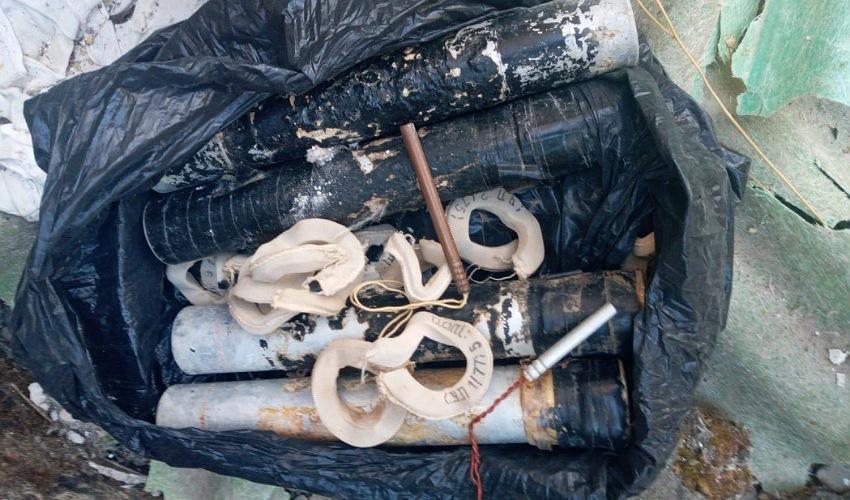 אמצעי הלחימה שהתגלו סמוך לחליסה (צילום: דוברות משטרת ישראל)