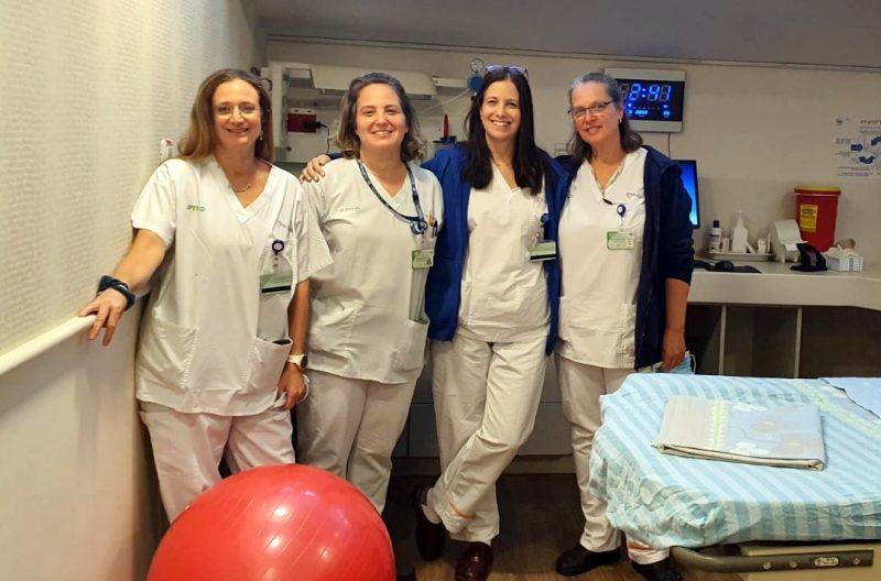 המרכז הרפואי כרמל מציג: כרמל רגשי ובלעדי ליולדות. בתמונה: הילה וצוות מיילדות כרמל בחדר הלידה. צילום אלי דדון