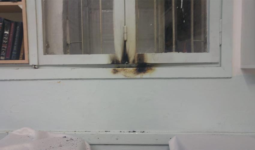 החלון השרוף בבית הכנסת