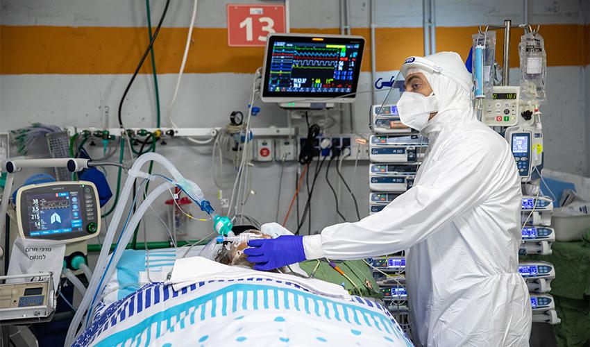 טיפול בחולה קורונה מונשם (צילום: אמיל סלמן)