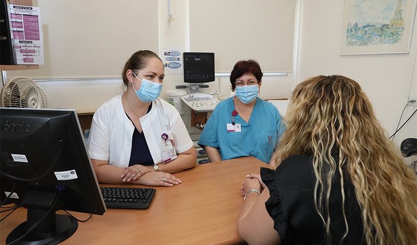 """ד""""ר אנה פטרוסב ונורית אריאל עם מטופלת במרפאה (צילום: דוברות הקריה הרפואית רמב""""ם)"""