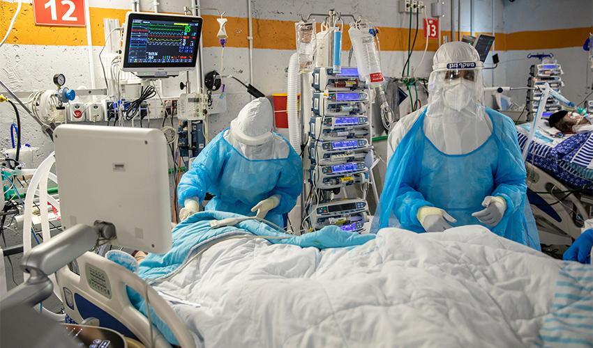 טיפול בחולה קורונה (צילום: אמיל סלמן)
