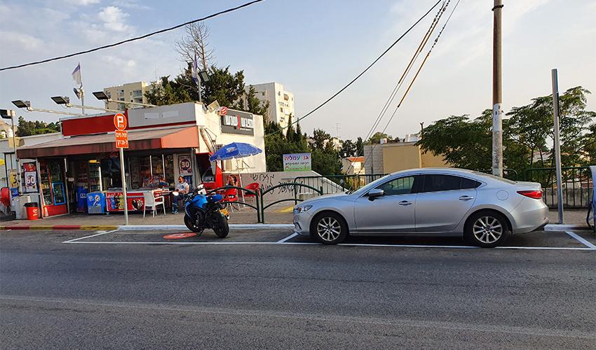 """שתי החניות שנגרעו ברחוב טשרניחובסקי 7 לטובת מיזם """"20 דקות-זוז!"""""""