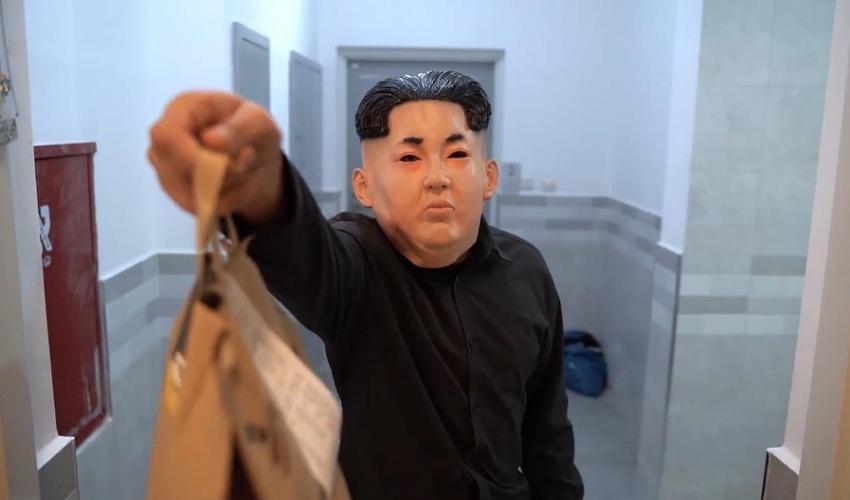 שליח של הדיקטטור (צילום מתוך דף הפייסבוק המבורגר של הדיקטטור)