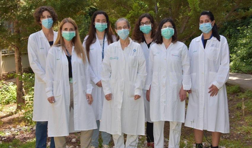 אנשי צוות המעבדה הסרולוגית (צילום: אלי דדון)