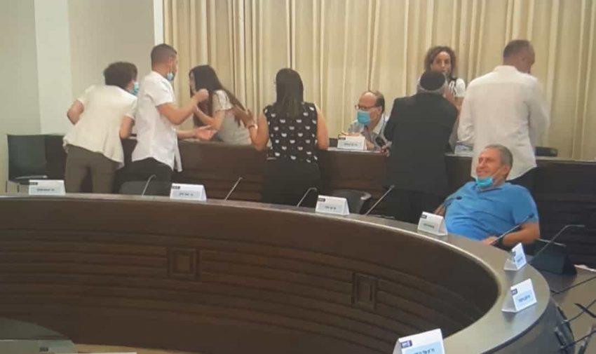 המהומה בישיבת מועצת העיר (צילום מתוך דף הפייסבוק של עיריית חיפה)