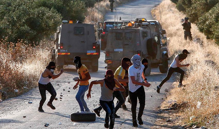 """עימותים בין פלסטינים לכוחות צה""""ל. """"ככל שאתה מחסל להם את התקווה, הם יביטו מעבר לגבול וירצו להיות חלק ממדינת ישראל"""" (צילום: Musa Al-Shaer, AFP)"""