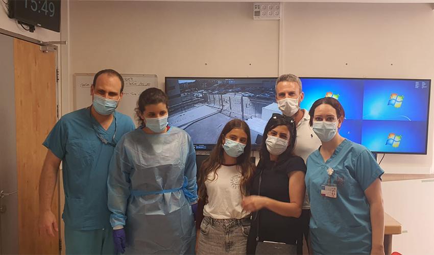 """אליה ויצמן, אמה אורנית וצוות מחלקת כתר (צילום: דוברות הקריה הרפואית רמב""""ם)"""