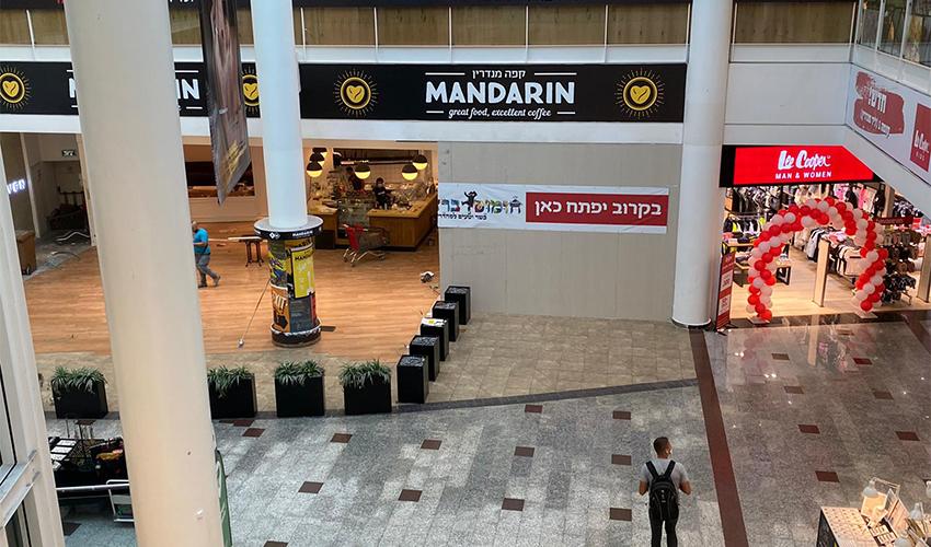 ההכנות לפתיחת הסניף של חומוס ברדיצ'ב בקניון עזריאלי חיפה (צילום: שני מועלם)