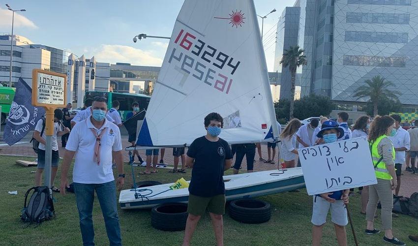 """חניכי צופי הים בהפגנה בצומת מת""""ם (צילום: תנועת הצופים)"""