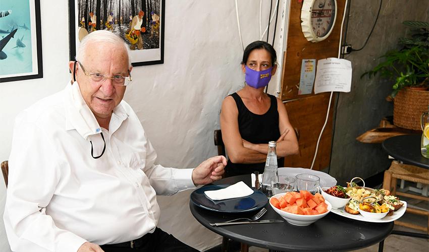 """הנשיא ראובן ריבלין בקפה טיפול (צילום: עמוס בן גרשום, לע""""מ)"""