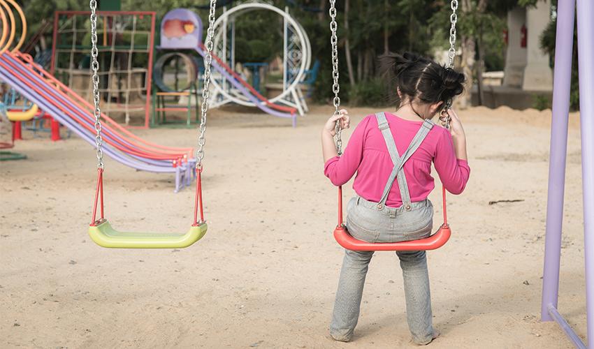 ילדה לבד (צילום: shutterstock.com/ANURAK-PONGPATIMET)